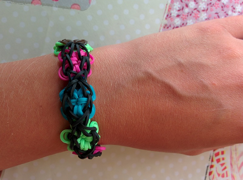 Rainbow loom fleur bracelets elastique for Mural en elastique