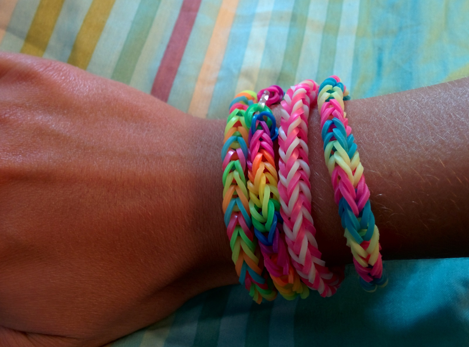 Rainbow loom multicolor bracelets elastique for Mural en elastique