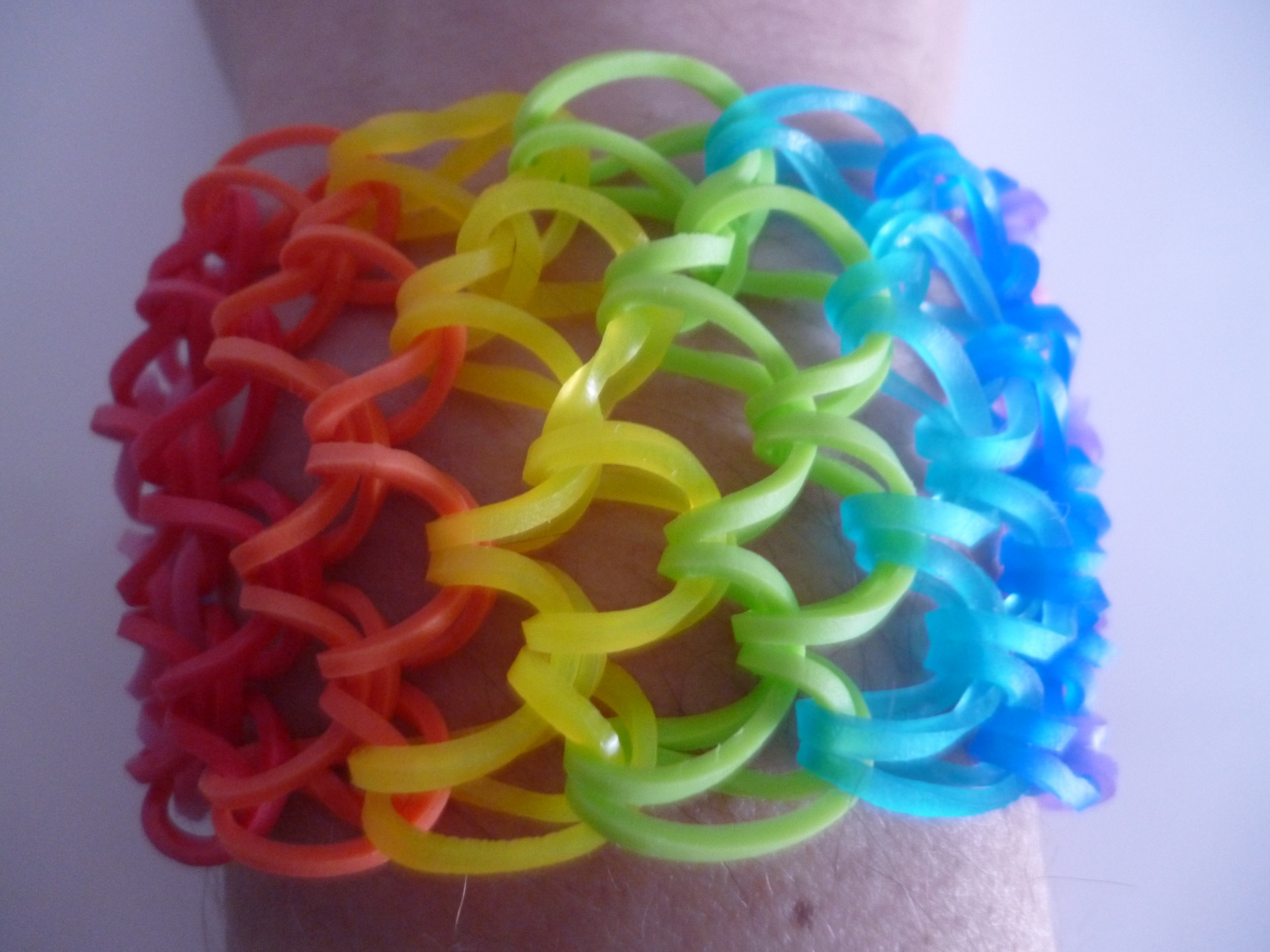 Bracelet rainbow loom multicolors rendu bracelets for Mural en elastique